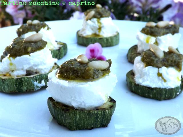 Tartine zucchine, caprino e pesto