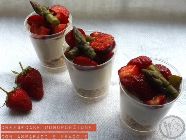 Cheesecake monoporzione con asparagi e fragole