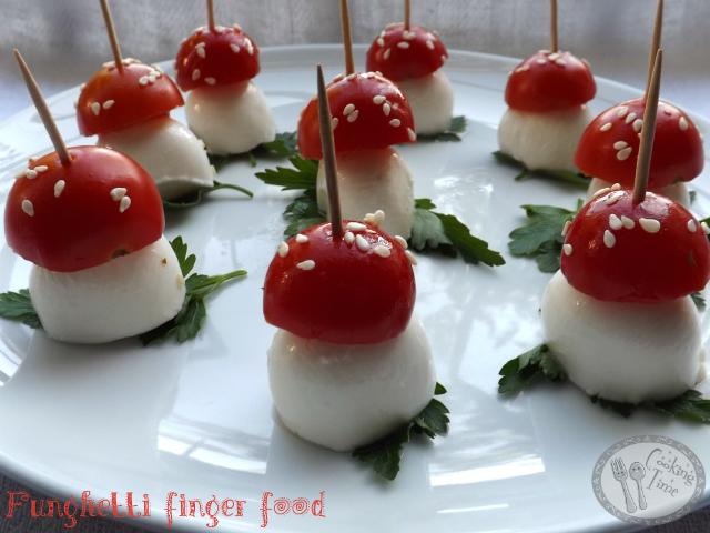 Funghetti finger food con mozzarella e pomodorini
