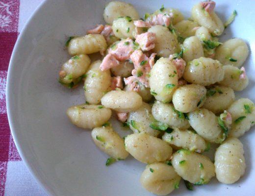 Gnocchi di patate con salmone e zucchine